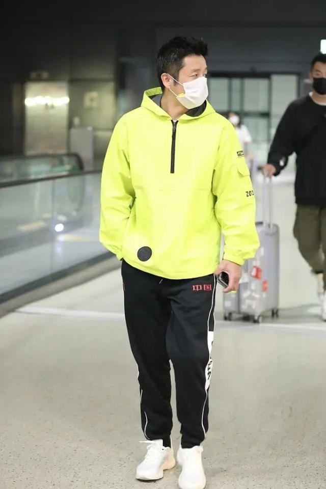 162cm邹市明也很会穿,安踏运动裤+荧光绿外套,打造潮流范