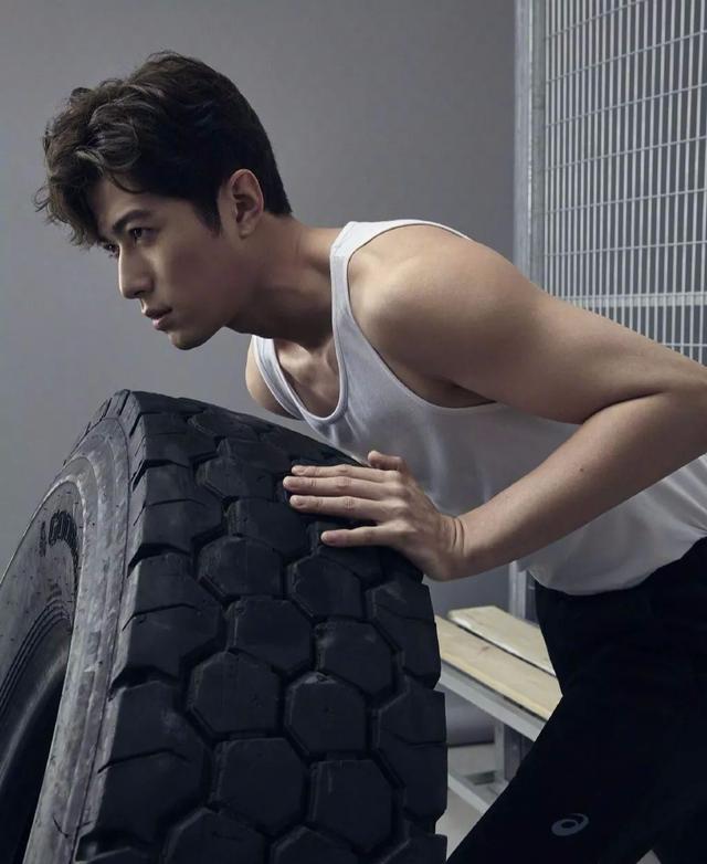 """郭敬明宠了他十年,最新肌肉大片力量感十足,戏称""""出水钢炮"""""""