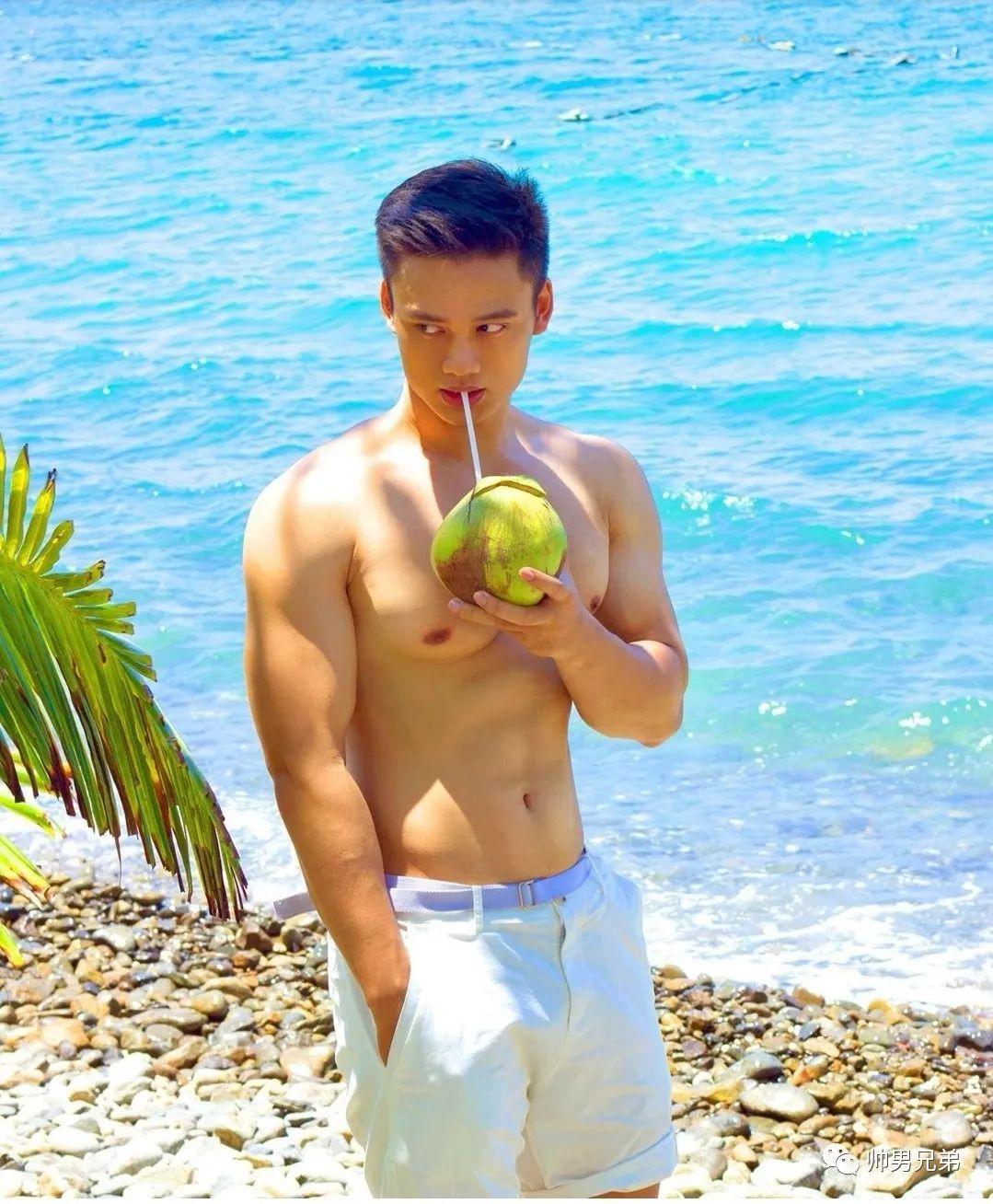 爱喝椰子的热带帅哥,阳光是他的肤色
